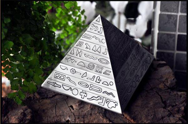 High Quality Creative Novelty Pyramid Design Ashtray Gift for Him