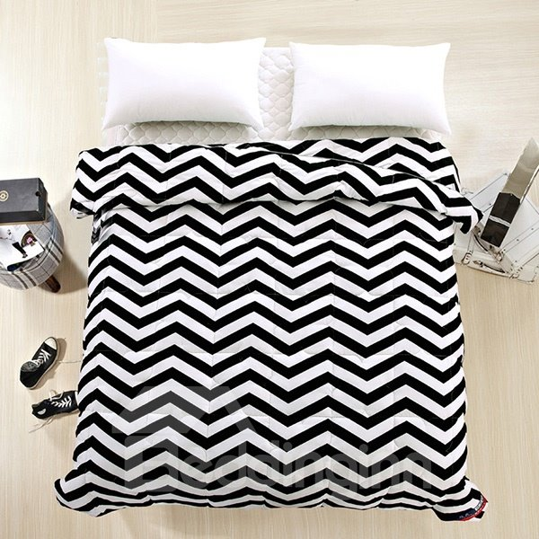 Black and White Zig Zag Pattern Polyester Quilt